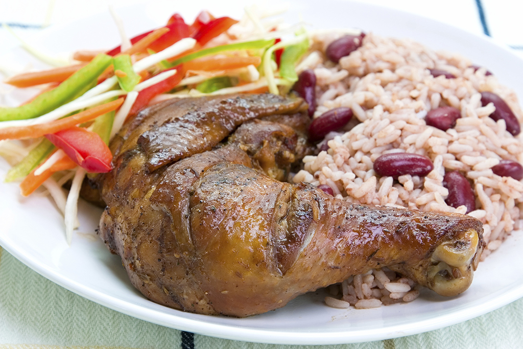 Pollo caribeño y rice and beans